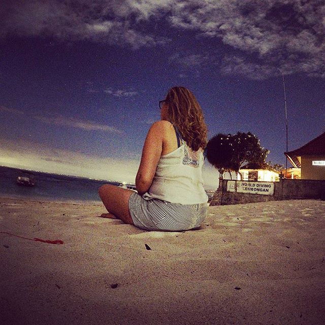 On the beach at night #mylove #girlfriend #love #liefde #night #photo #dark #gopro #nightshot #lembongan #bali #sea #beach #lightsinthedarkness #moment #vacation